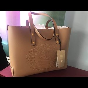😍🤩NEW!!! BURBERRY CREST EMBOSSED TOTE 👜